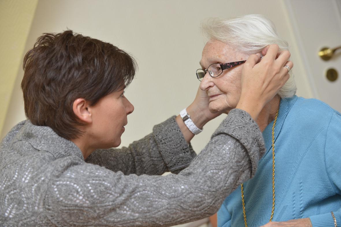 Das Wohlbefinden der Bewohner ist uns wichtig, so testen z.B. auch regelmäßig Optiker die Brillen auf Richtigkeit.