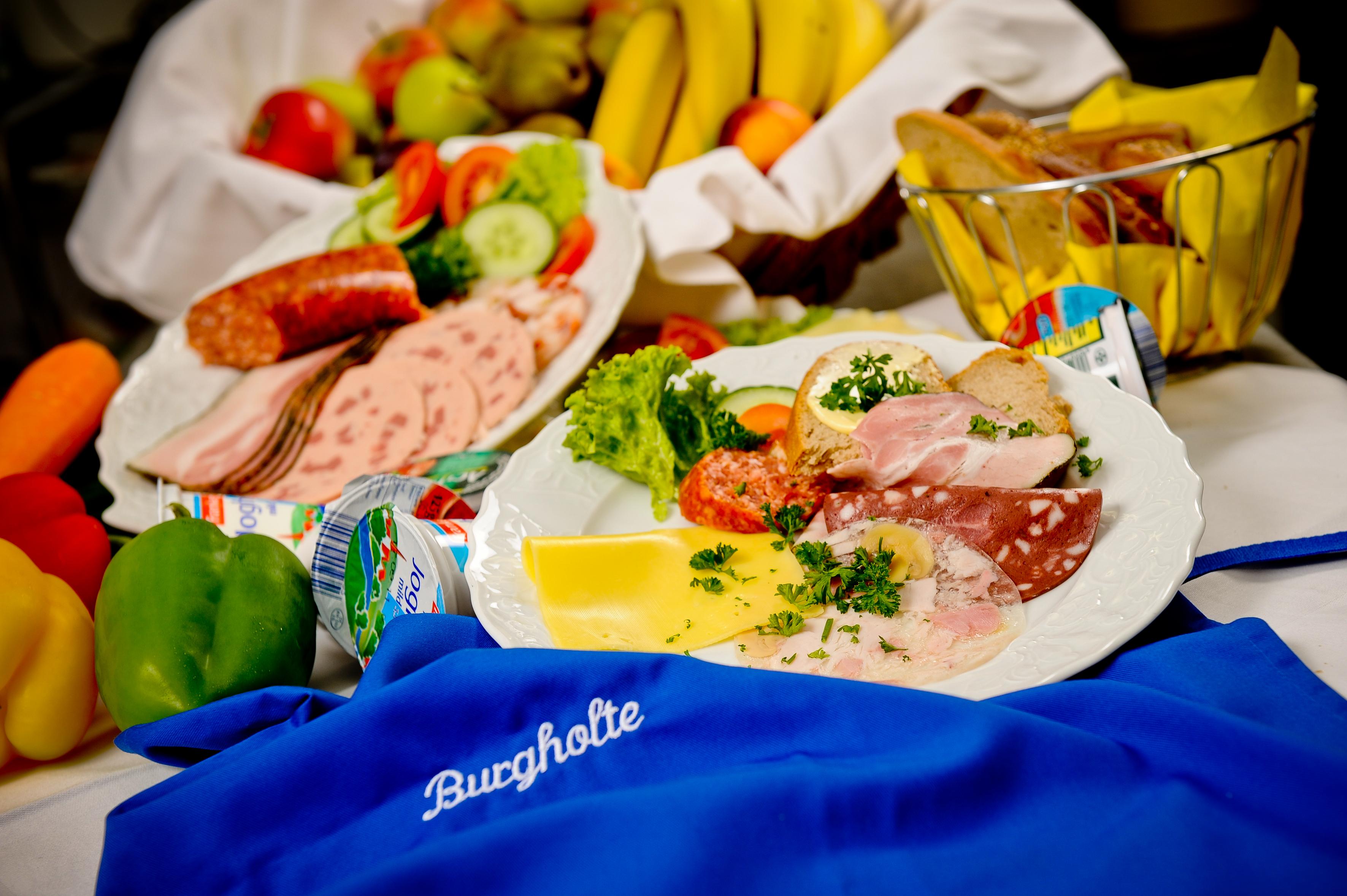 Käse- und Wurstplatte. Der Tisch wird im Altenheim gedeckt wie Zuhause.