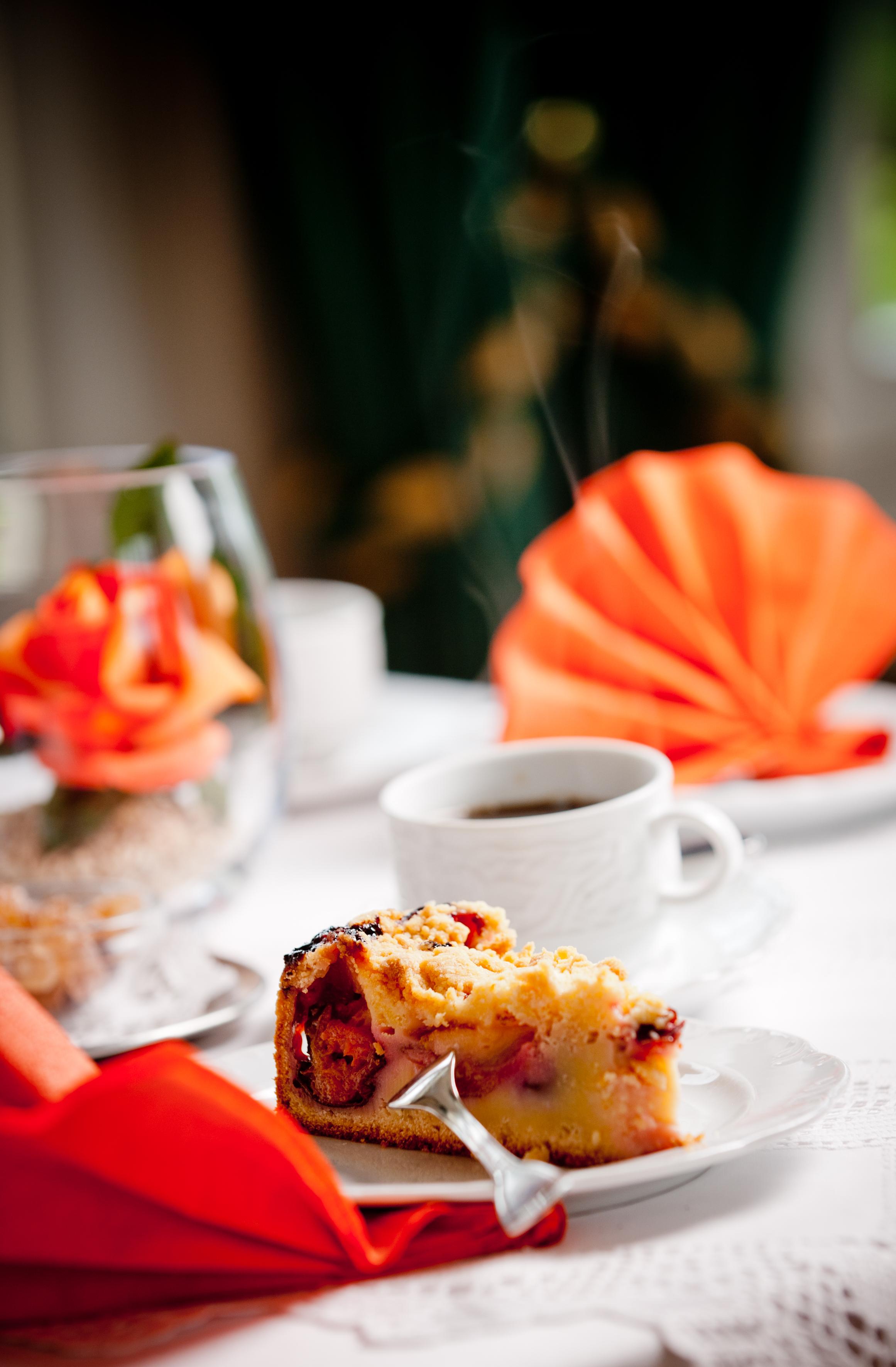 Ein Stück Kuchen und eine Tasse Kaffee.