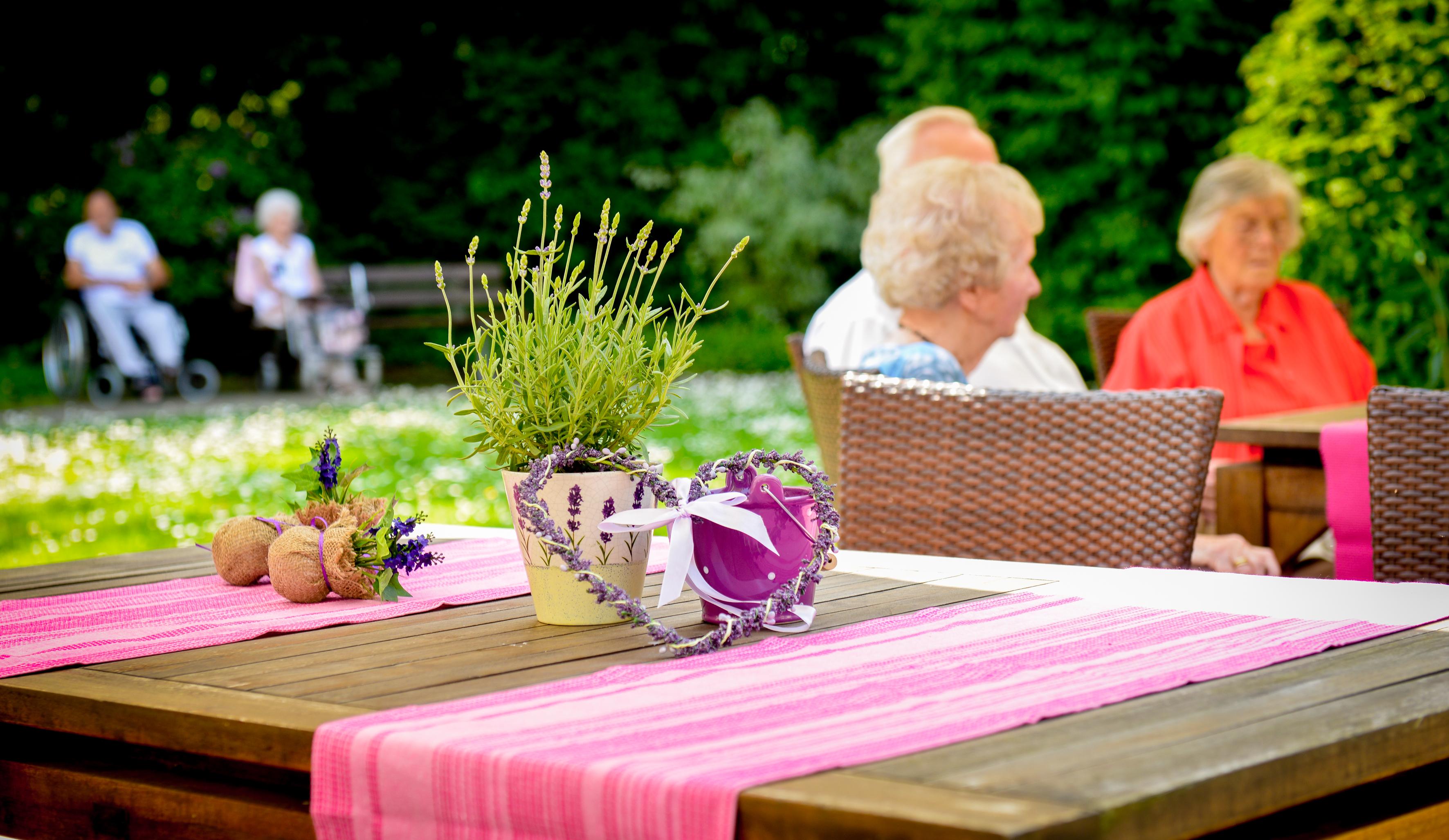 Für das Wohlbefinden sorgen in unseren Altenheimen auch die liebevolle Dekoration und Einrichtung.