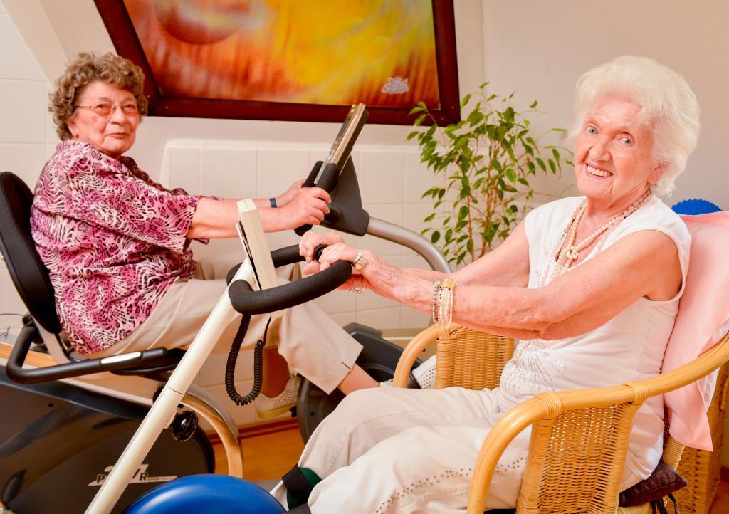 Sportliche Betätigung ist ein wichtiger Teil der Pflege in einem Altenheim.