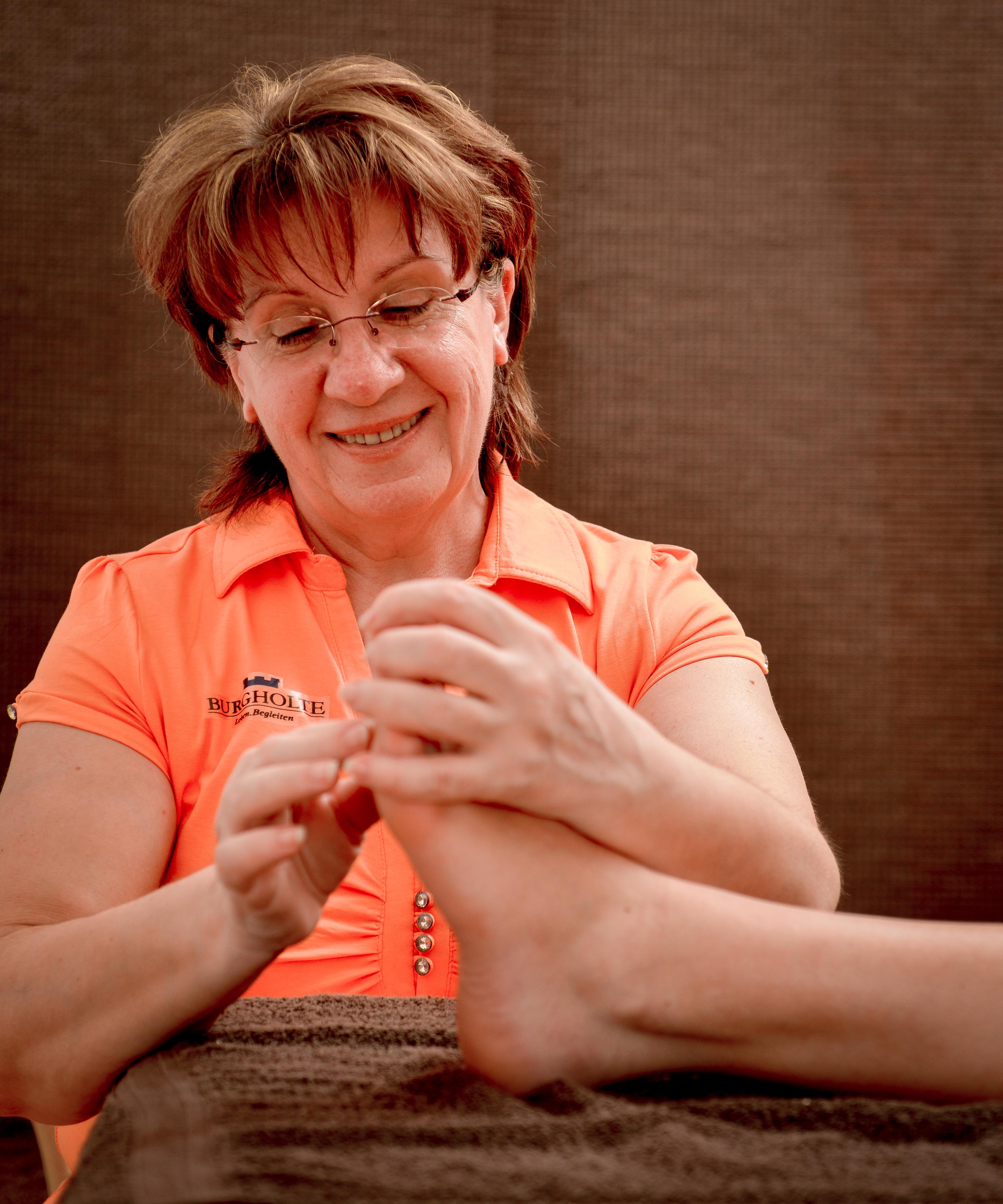 Zum Sport und Wohlfühlangebot in unseren Altenheimen gehören auch Massagen.