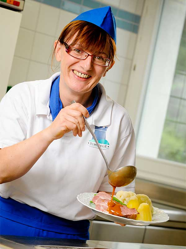Das Küchenteam bereitet leckere Speisen zu, genau so wie sie die Bewohner des Altenheims von Zuhause kennen.