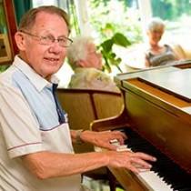 Ein Bewohner am Piano. Altenpflege auf die musikalische Art.