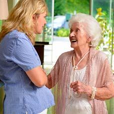 Auch die Geschäftsführung kümmert sich persönlich und sucht das Gespräch mit den Bewohnern des Altenheims.