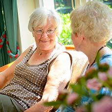 Gute Gespräche und Freundschaften zwischen den Bewohnern in unserem Altenheim.