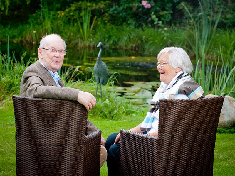 Freundschaftliche Gespräche am Teich gibt es auch im Altenheim am Papenberg in Eisdorf.