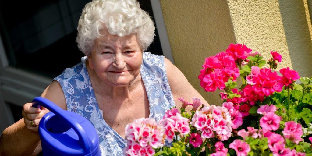 Zur Freizeitbeschäftigung im Altenheim gehören auch Gartenarbeiten.