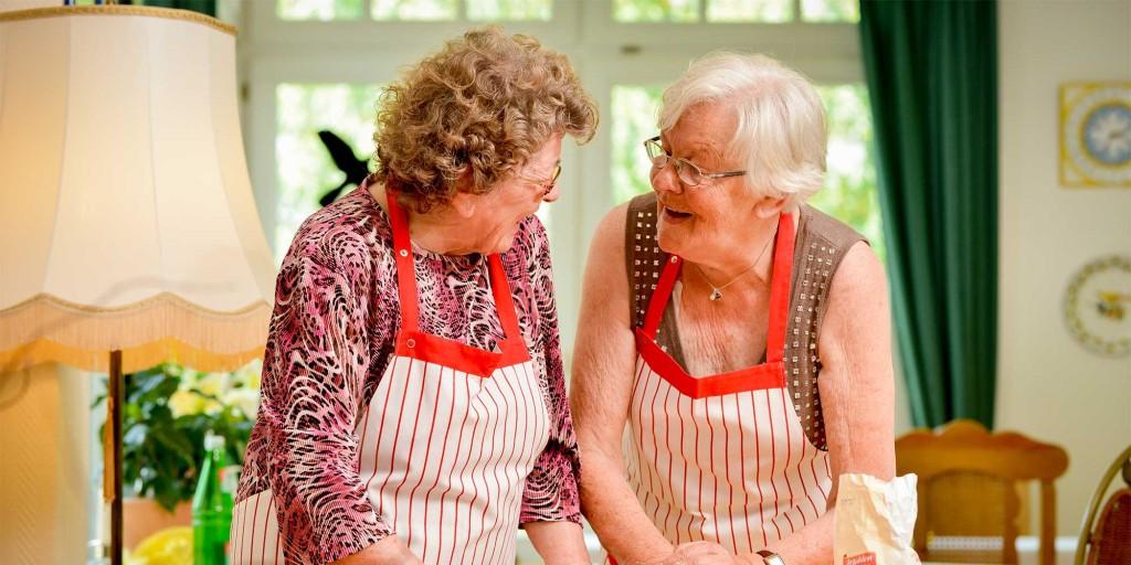 Zwei Seniorinnen beim Backen – in unseren Altenheimen in Osterode und Eisdorf gibt es immer viel zu tun.
