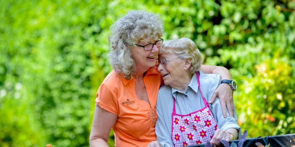 Liebevolle Pflege wird in den Burgholte Pflegeheimen besonders groß geschrieben.