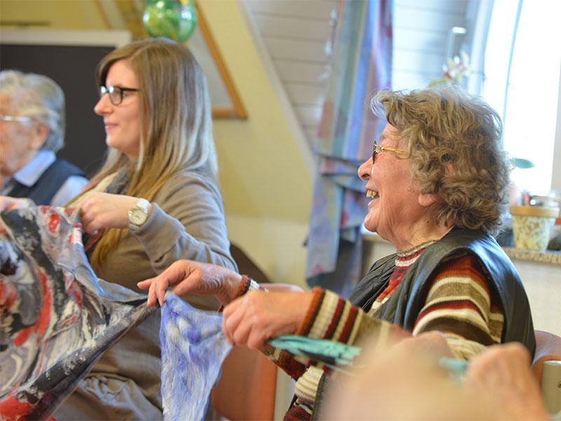 Freizeitbeschäftigung ist wichtig, verschiedene Sportangebote sorgen für Spaß im Altenheim.